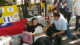 前總統馬英九,以核養綠公投發起人黃士修中選會前絕食抗議(圖/馬辦提供)