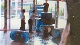 湯男到苗栗地院,將汽油桶推倒滾進大門抗議。翻攝畫面