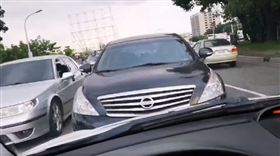 高雄駕駛行經前鎮區路口,遇見違規車輛逆向停駛等紅燈。(圖/翻攝自爆料公社)