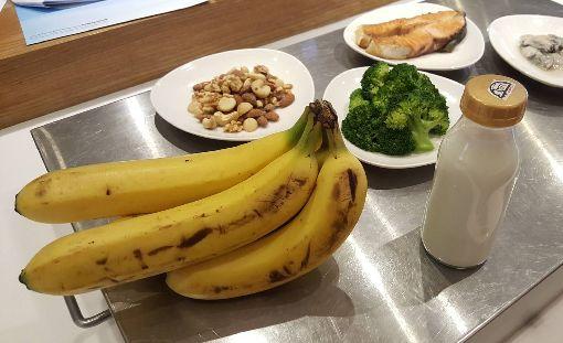 急性冠心症病人飲食共通問題 蔬果奶類吃不夠三軍總醫院營養部18日公布急性冠心症患者的營養分析,發現這類病人飲食都有蔬果攝取不足的共通問題,更有高達8成以上病患奶類攝取不足。中央社記者陳偉婷攝 107年9月18日