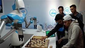 工研院的智慧視覺機器人工研院研發的智慧視覺機器人,在柏林消費電子展的展場上與參觀民眾對弈西洋棋。中央社記者林育立柏林攝 107年9月2日