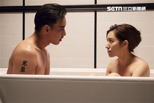Lara梁心頤與劇中男友鴛鴦共浴花絮。(圖/妹妹娃娃多媒體)