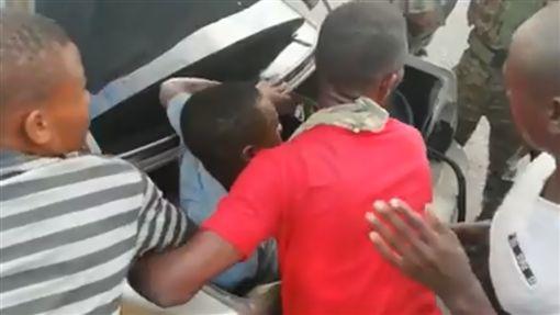 終極壓縮檔!多明尼加5人座轎車竟塞進18人(圖/翻攝自臉書)