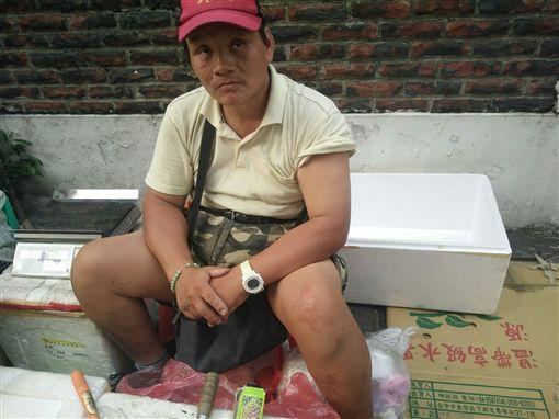 阿嬤擺攤賣蔬果籌車禍重傷兒子的醫藥費(光線提供)