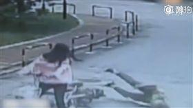 女騎士超車把大媽撞倒血流不止,竟還佯裝路人圍觀。(圖/翻攝澎湃新聞)
