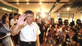 柯文哲出席女性後援會活動(1)台北市長柯文哲(前左)15日出席柯文哲女性後援會在台北主辦的惜食座談活動,進場時向與會民眾揮手致意。中央社記者徐肇昌攝 107年9月15日