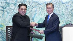 兩韓峰會 文在寅金正恩簽署板門店宣言南北韓高峰會取得重大成果,南韓總統文在寅(右)與北韓領導人金正恩(左)27日下午正式簽署板門店宣言,商定停止一切敵對行為。兩人完成簽署後交換宣言並握手致意。中央社 107年4月27日
