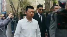 高雲翔一臉嚴肅與四名人員陪同出庭,對媒體任何詢問充耳不聞。(圖/翻攝自梨視頻直播)