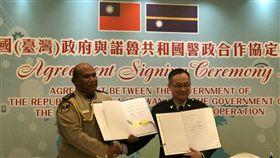 跨國打擊犯罪,台灣與諾魯共和國簽署警政合作協定。(圖/警方提供)
