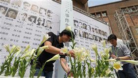 二二八事件失蹤受難者追思紀念會(3)二二八事件失蹤受難者追思紀念會5日在二二八國家紀念館戶外庭園廣場舉行,主辦單位一一唱名失蹤受難者姓名,獻上鮮花追思悼念。中央社記者裴禛攝 107年4月5日