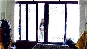 白衣女鄰居闖門辱罵屋主 稱洗澡遭