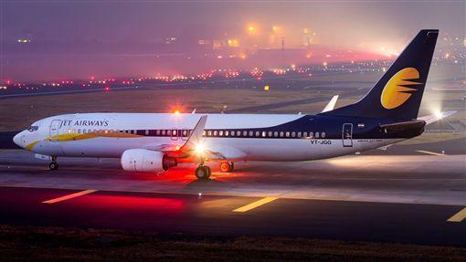 印度捷達航空機師忘記調節艙壓,導致乘客耳鼻受傷流血(圖/翻攝Jet Airways臉書)