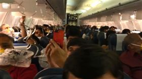 印度捷達航空機師忘記調節艙壓,導致乘客耳鼻受傷流血(圖/翻攝Darshak Hathi推特)