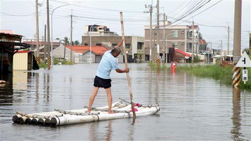 823嘉義淹水成因(3)823豪雨造成嘉義縣沿海鄉鎮市淹水嚴重,排水不及,沿海地層下陷區又逢大潮、退水不易是淹水主因。低窪地區災民需靠竹筏外出。中央社記者黃國芳攝 107年9月17日