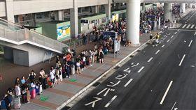 水淹關西機場  滯留旅客等搭車颱風燕子4日襲日本,關西國際機場淹水癱瘓,大量旅客滯留,5日有許多旅客排隊等著搭巴士離開機場。(許姓民眾提供)中央社記者蕭博陽南投縣傳真  107年9月6日