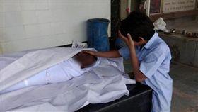 印度貧民下水道工人阿倪歐意外死亡,11歲兒子「撫屍痛哭」。(圖/翻攝自推特)