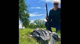 ▲阿嬤為報仇等3年,終於一槍擊斃鱷魚。(圖/翻攝自休士頓紀事報) https://goo.gl/x9zpU5