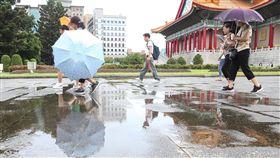 颱風影響 北市天氣不穩定受強烈颱風山竹外圍環流影響,台北市15日上午天氣不穩定局部有雨。圖為民眾經過部分積水的路面。中央社記者謝佳璋攝 107年9月15日
