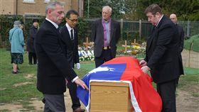 費茲派翠克棺木安葬英國老兵費茲派翠克葬禮20日在英國里茲舉行,完成他以中華民國國旗覆棺的遺願後,在墓地安葬。中央社記者戴雅真里茲攝 107年9月21日