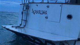 香港遊艇故障 漂流數百公里到澎湖望安(2)香港一艘「DUKKLING」遊艇因故障在海上漂流11天後,擱淺在澎湖望安網垵口海灘,海巡署第13巡防區指揮部等單位直接吊掛,並通報遊艇的保險公司台灣代理前來處理。(海巡署金馬澎分署第13巡防區指揮部提供)中央社 107年8月20日
