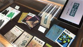 文訊35年慶 文藝資料中心對外開放文訊雜誌歡慶35週年,1日起對外開放文藝資料中心,現場展示已故詩人余光中作品「舟子的悲歌」實體書本及電子書,還有歷年重要作品集等。中央社記者魏紜鈴攝 107年7月1日