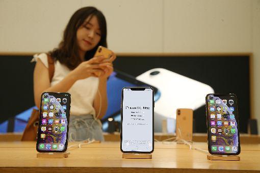 iPhone XS到貨充足 果粉不怕買不到蘋果iPhone XS系列21日在台開賣,電信業者認為,蘋果供應鏈運作順暢,今年首波到貨充足,滿足首波預約量綽綽有餘,罕見沒出現缺貨狀況。中央社記者張新偉攝 107年9月21日