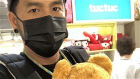 張震嶽曾自拍抱小熊玩偶稱練習背小孩。(圖/翻攝自張震嶽臉書)