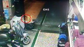 檳榔攤老闆在監視器看到詭異人頭浮出表面,嚇到找警方求助。(圖/翻攝畫面)