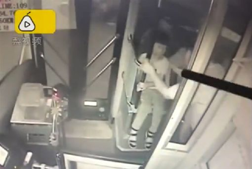 兒子公車上耍任性,媽氣到自己先下車丟包他。(圖/翻攝梨視頻)
