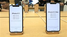 iPhone XS新機  直營店開賣Apple Store台北101直營店21日開賣iPhone XS系列新機,共有64GB、256GB、512GB三種容量。5.8吋iPhone XS售價3萬5900元起,6.5吋iPhone XS Max售價3萬9900元起。中央社記者吳家豪攝  107年9月21日