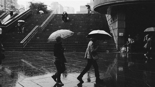大雨、下雨、雷雨、梅雨、午後雷陣雨、撐傘/pixabay