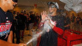 封王大噴香檳 貝茲手機放口袋GG了 MLB,紅襪,香檳,封王,Mookie Betts 翻攝自推特