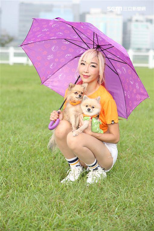 李宓撐傘帶狗狗路跑活動 的照片 圖/李宓的秘密基地 提供