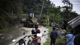 菲北山城巴拿威鎮土石流強颱山竹上週肆虐菲國北部呂宋島,警方數據顯示,截至18日已有74人喪生。圖為呂宋島山城巴拿威(Banaue)的山路遭土石流掩埋。(綠色和平組織 Greenpeace提供)中央社記者林行健馬尼拉傳真 107年9月18日