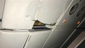 春秋航空不明原因急墜,乘客一頭撞破天花板。(圖/翻攝微博)