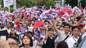 民眾熱情迎接世大運選手2017世界大學運動會30日落幕,中華代表團共摘下26金34銀30銅,表現亮眼。為慶祝這項喜事,「831台灣英雄大遊行」31日下午登場,吸引許多民眾在台北街頭沿途為選手歡呼,終點台北市政府前廣場也擠滿大批民眾等候選手到來。中央社記者張新偉攝 106年8月31日