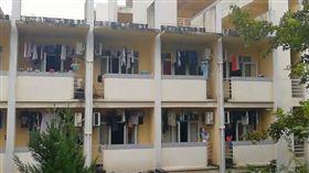 男大生在宿舍打赤膊被女同學投訴「太暴露」。(圖/翻攝梨視頻)