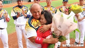 恩師徐生明總教練的遺孀謝榮瑤女士到場驚喜獻花,張泰山激動落淚。(圖/記者王怡翔攝影)