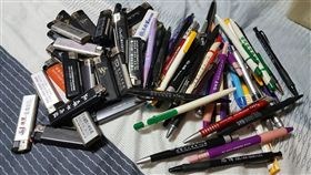 女友在男友衣櫃發現一堆摩鐵贈筆、打火機。(圖/翻攝爆怨公社)