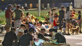 中秋連假 民眾河濱公園烤肉同樂(2)中秋連假第2天,台北市河濱公園23日晚間聚集大批烤肉民眾,現場香氣四溢,眾人開心團聚慶佳節。中央社記者張皓安攝 107年9月23日