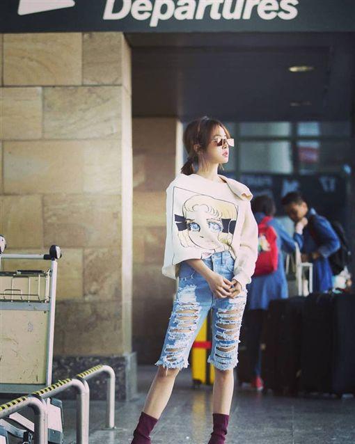 蔡依林機場時尚,自爆被歐巴搭肩還十指緊扣 圖/翻攝自臉書