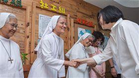 蔡英文總統24日上午前往台東訪視「天主教私立救星教養院」。(圖/總統府提供)
