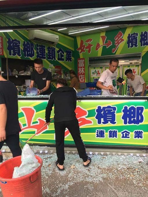 新竹沿街7間檳榔攤無故被砸店。(圖/翻攝新竹爆料公社)