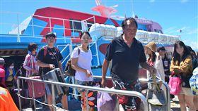 颱風影響 綠島615名旅客疏運返台(2)受強烈颱風山竹影響,東部海域海象不佳,台東往返綠島、蘭嶼客輪13日中午過後停駛,上午加開3航班疏運615名旅客返回台東。中央社記者盧太城台東攝 107年9月13日