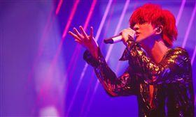薛之謙長沙演唱會跌下升降台。(翻攝微博)
