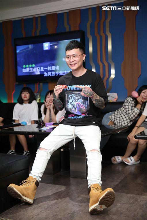 蕭秉治與歌迷歡度中秋齊聚KTV同樂