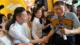 柯文哲林昶佐握手致意台北市長柯文哲(前右)28日出席時代力量提名台北市議員參選人林亮君(前右2白衣者)的競選總部開幕茶會,與時力立委林昶佐(前左2)握手致意。中央社記者孫仲達攝 107年7月28日