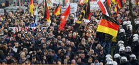 萬餘民眾在德國科隆市上街抗議,試圖干擾「德國另類選擇」黨舉行代表大會。  翻攝自sputniknews.cn網站