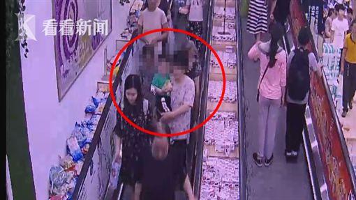 大陸,上海,小孩,手扶梯,金飾(圖/翻攝自看看新聞)