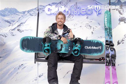 滑雪高手法比歐示範如何滑雪。(記者邱榮吉/攝影)